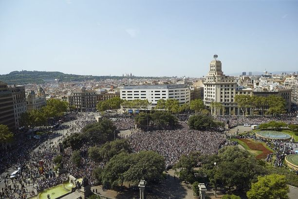 Iskun jälkeisenä päivänä ihmisiä kokoontui Katalonian aukiolle kunnioittamaan uhreja.