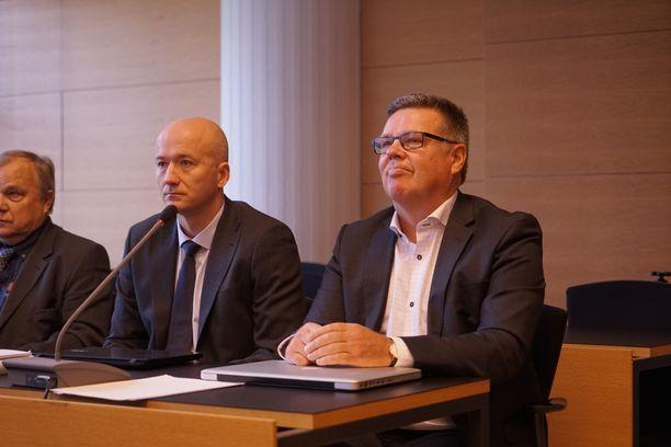 Jari Aarnio käräjäoikeudessa asianajajansa Mikko Ruuttusen (kesk.) kanssa.