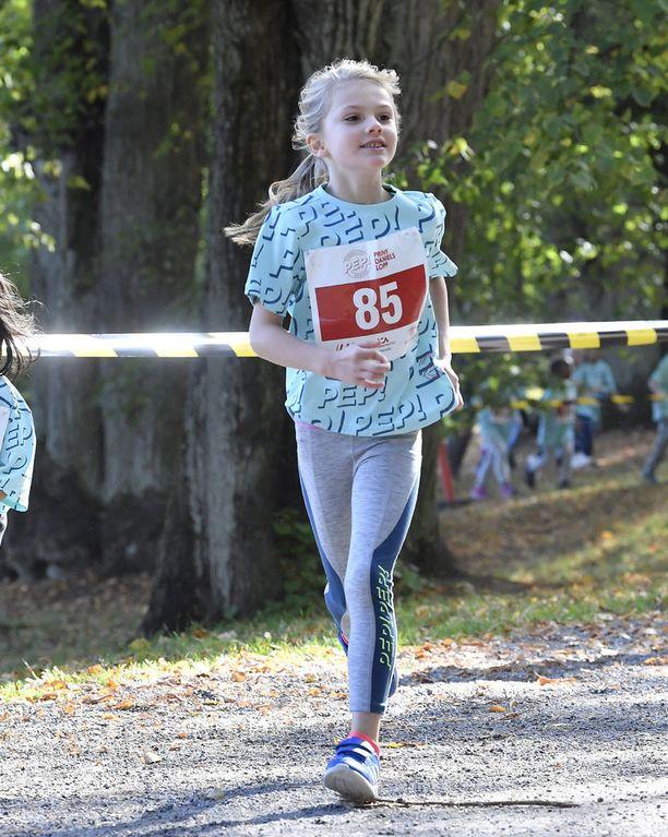 Prinsessa Estelle osallistui isänsä järjestämään juoksukilpailuun.
