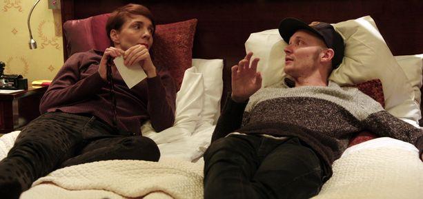 Maria juttelee jaksossa paljon myös Isacin Fredi-isän kanssa.