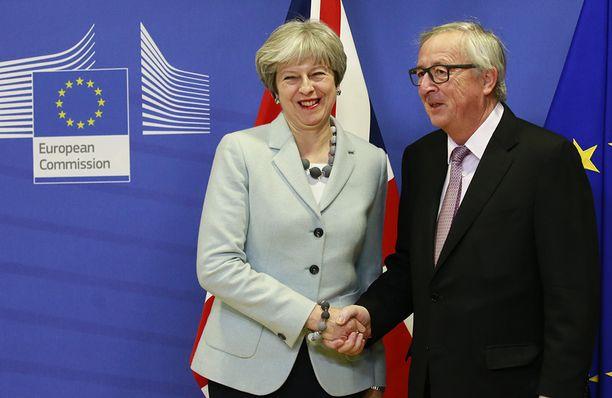 Theresa May ja Jean-Claude Juncker ilmoittivat erosopimusneuvotteluissa saavutetusta tuloksesta perjantaiaamuna Brysselissä.