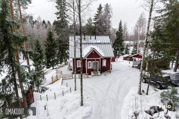 Tämä yli 86 neliön mökki sijaitsee Seinäjoella omalla 2100 neliön rantatontilla.