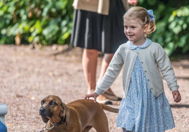 Brandy viihtyi myös Victorian synttäreillä pikkuprinsessan kanssa.
