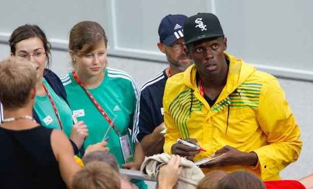 Bolt kirjoitti nimikirjoituksia yli tunnin ajan.