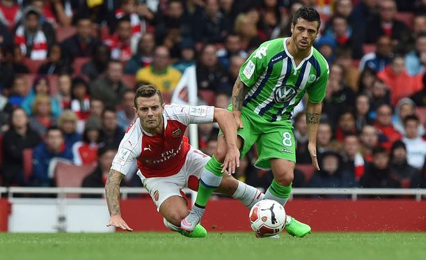 Jack Wilshere (vasemmalla) kamppaili vielä heinäkuun lopulla harjoitusottelussa Wolfsburgin Vieirinhaa vastaan.