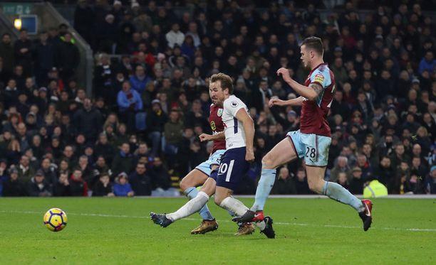 Harry Kane viimeistelee voiton ratkaisseen 0-2-maalin.