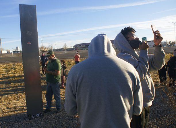 Monoliitteja on ilmestynyt ainakin 28 eri maahan. Tässä näkyy Albuquerquen kaupungissa New Mexicon osavaltiossa Yhdysvalloissa tien varteen asennettu metallipylväs.