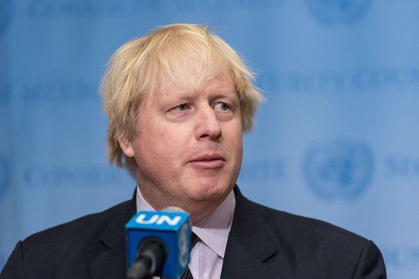 Boris Johnson syyttää kymmenien ihmisten kuolemaan johtaneesta iskusta Syyrian hallitusta.