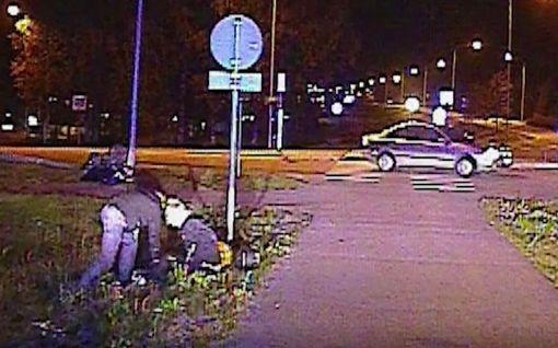 Katso poliisivideo: Motoristi kaahasi nuori nainen kyydissään yli 160 km/t, törmäsi tolppaan – ihmepelastus!
