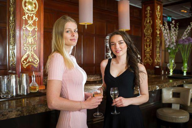 Nämä nuoret naiset on kuvattu listalta löytyvän Grand Hôtel baarissa.