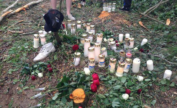 Toholammin turmapaikalle tuotiin kynttilöitä uhrien muistolle vuonna 2014. Neljä nuorta miestä kuoli, kun auto suistui ulos tieltä loivassa kaarteessa.