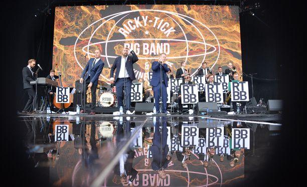 Pori Jazzeilla jammailtiin perjantaina Ricky-Tick Big Bandin & Julkisen sanan tahteihin.