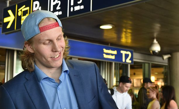 Patrik Laine kantoi komeaa takatukkaa vielä MM-kisoista palatessaan. Pian tämän kuvan jälkeen piiska oli muisto vain.