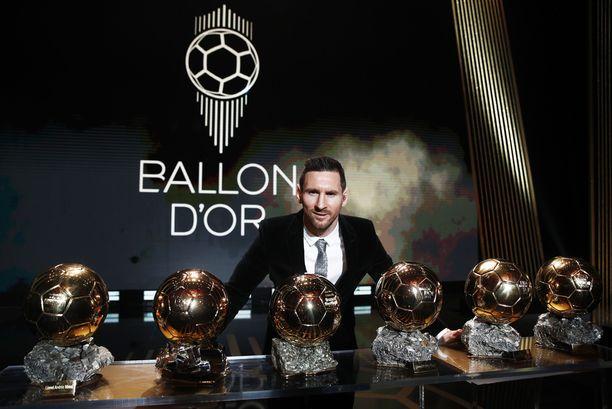 Lionel Messi poseerasi koko Ballon d'Or -rivistön kanssa.