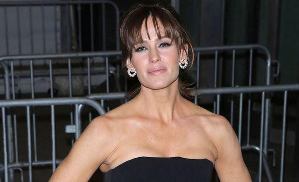 Otsatukka pehmentää näyttelijä Jennifer Garnerin, 43, vahvoja kasvonpiirteitä.