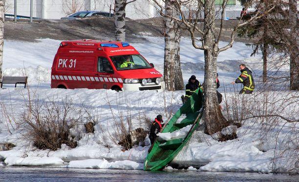 Pelastuslaitoksen työntekijät noukkivat itsenäisen veneen rantaan.