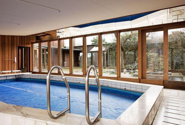 Huvilassa on uima-allas sekä pihalla tenniskenttä.