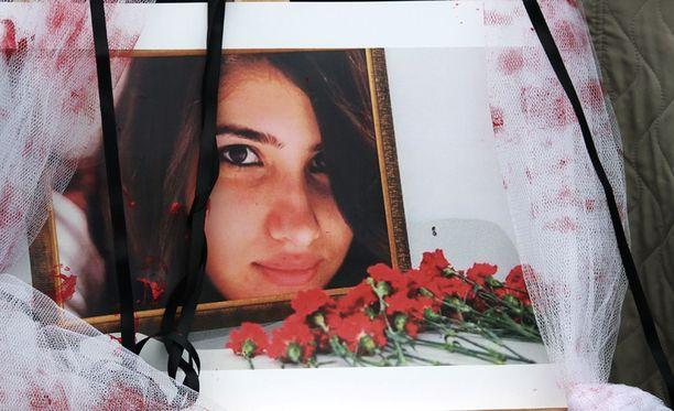 Özgecan Aslan yritettiin raiskata, hakattiin, puukotettiin, poltettiin ja heitettiin kielekkeeltä.