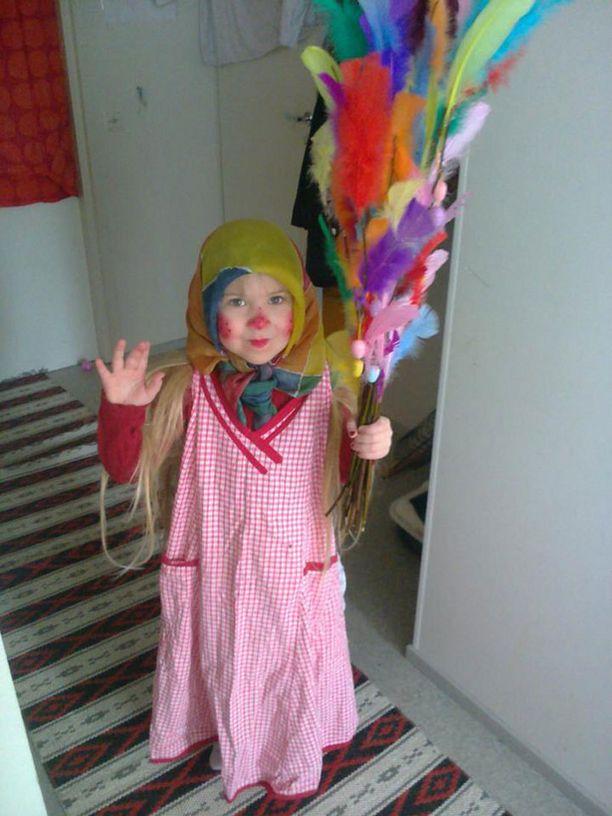 4-vuotias Helmi lähdössä virpomaan.