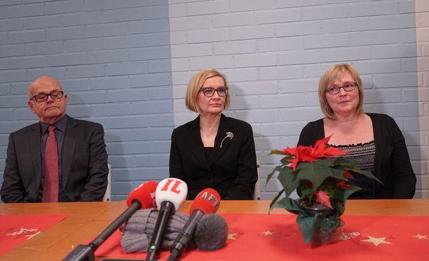 Paula Risikko piti tiedotustilaisuuden Imatran kolmoismurhaan liittyen.