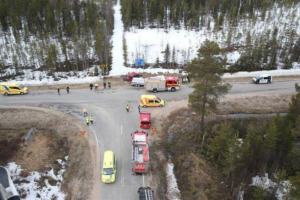 Onnettomuuspaikalle tuli useita ambulansseja, pelastusyksiköitä ja myös pelastushelikopteri. Kolarista annettiin suuronnettomuushälytys.