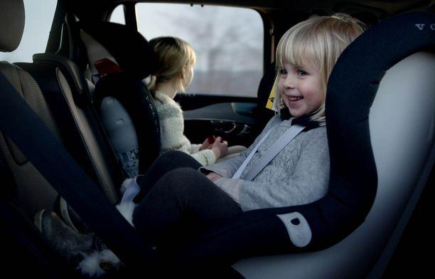 Jos auto on ahdas, niin turvaistuin käännetään liian aikaisin kasvot menosuuntaan.
