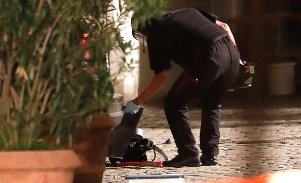 Poliisi tutki pommimiehen reppua.