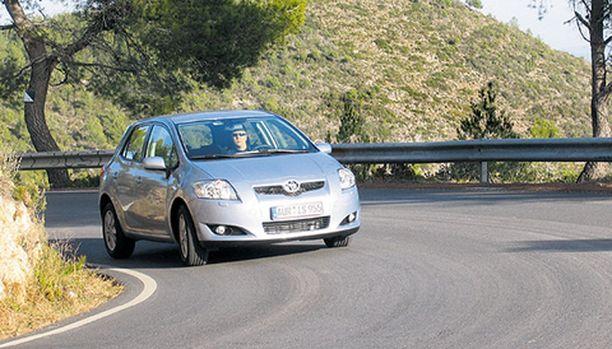 HYVÄNNÄKÖINEN Auris on ulkoapäin hyvännäköinen auto. Samalla siitä paistaa läpi, että se on tarkoitettu suurien massojen autoksi.