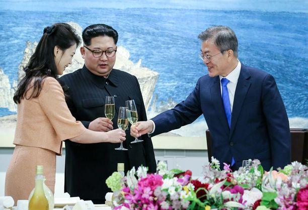 Pohjois-Korean ykkösrouva skoolasi miehensä ja Etelä-Korean presidentin Moon Jae-inin kanssa.