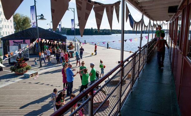 Luontoelokuvafestivaalin aikana Savonlinnan satama-alue pysyy virkeänä myös Oopperajuhlien jälkeen.