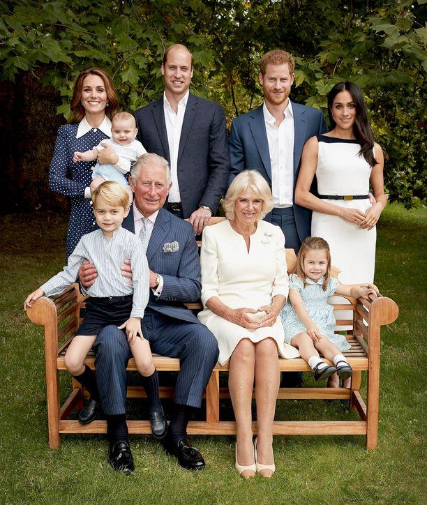Kuninkaallinen perhe potretissa viime kesänä prinssi Charlesin 70-vuotispäivillä.