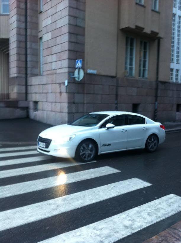 Niinistö poistui Kansallisteatterista valkoisella Peugeotilla, jonka AutoJalonen on sponsoroinut Niinistölle presidentinvaalien ajaksi.