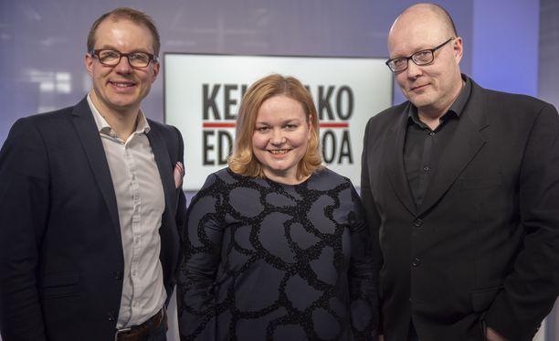 Kehtaako edes sanoa -ohjelmassa vieraana on kansanedustaja Krista Kiuru. Vasemmalla politiikan toimittaja Lauri Nurmi, oikealla politiikan toimituksen esimies Juha Ristamäki.