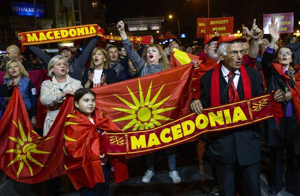 Kansanäänestyksen vastustajat osoittivat mieltään sunnuntaina Skopjessa.