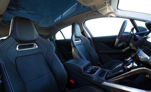 Kuten mihin tahansa premium-luokan autoon, myös I-Paceen voi valita verhoilun ja istuimet useista vaihtoehdoista. Kuvan autossa urheilullisesti muotoillut istuimet.