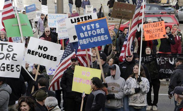 Yhdysvalloissa Washingtonin osavaltion kuvernööri Jay Inslee kritisoi kollegojaan, jotka ovat uhanneet estää syyrialaispakolaisten pääsyn maahan Pariisin iskujen jälkeen. Olympian kaupungissa järjestettiin mielenosoitukset sekä turvapaikanhakijoiden puolesta että heitä vastaan.