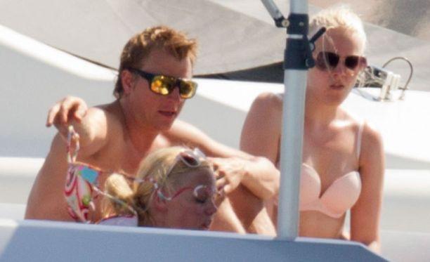 Kimi Räikkönen auttoi tuntematonta naista riisumaan bikinien yläosan.