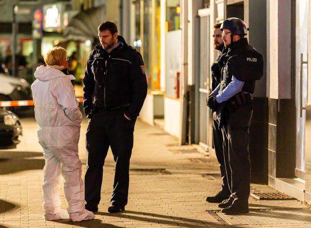 Poliisi ja tekninen tutkija paikalla, jonne epäilty hyökkäsi.