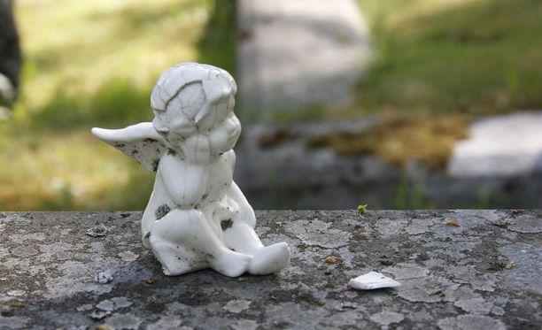 Haudoilta on viety muun muassa enkelikoristeita. Kuvituskuva.