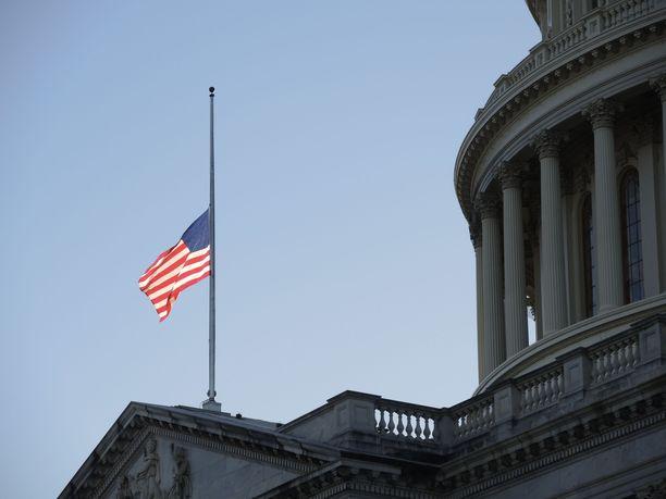 USA:n liittovaltio muistaa koronaan kuolleita suruliputuksella. Arkistokuva.