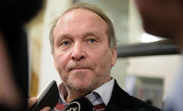 Teuvo Hakkarainen joutuu vastaamaan rikossyytteisiin.