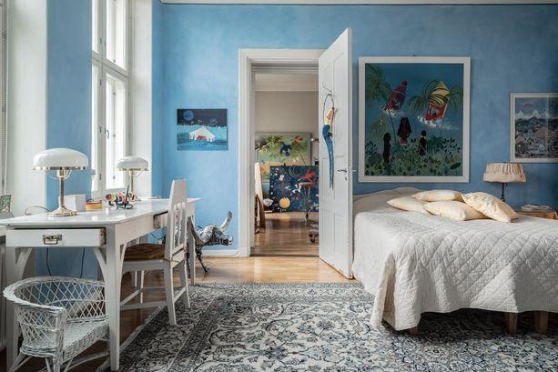 Arvohuoneistossa on uskallettu käyttää väriä. Kodissa on 8 huonetta, 3 keittiötä, 3 kylpyhuonetta ja 5 vessaa.