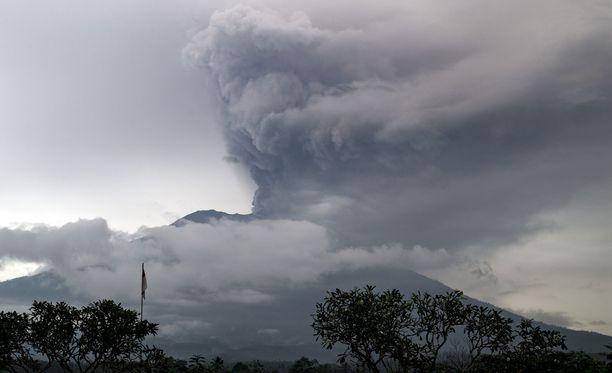 Agung-tulivuori syöksee tuhkaa sisästään.