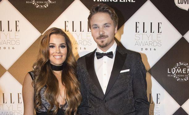 Sara Sieppi ja Roope Salminen olivat yhtä hymyä poseeratessaan medialle vuonna 2016 Elle Style Awards -tapahtumassa.