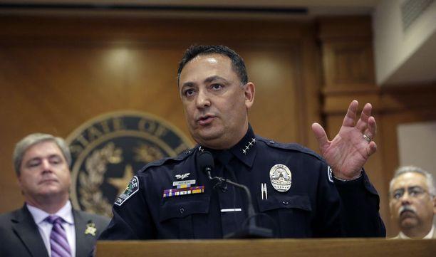 Houstonin poliisipäällikkö Art Acevedo piti kidnapatun miehen kuolemaa FBI:n luodeista valitettavana. Arkistokuva.