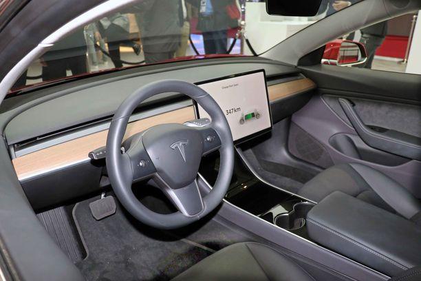 Premium-varustellussa autossa on puuta kojelaudassa ja nahkaa istuimissa. Ohjaamo on äärimmäisen yksinkertainen. Ei painikkeita.