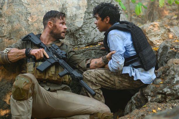 Näyttelijät Chris Hemsworth (vas.) ja Rudhraksh Jaiswal seikkailevat Extraction-toimintatrillerissä.