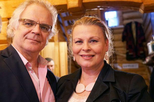 Poikansa pihatalkoisiin osallistuneet Arto Hietanen ja Anne Pohtamo-Hietanen seurasivat jännittyneinä palomiesten operaatiota.