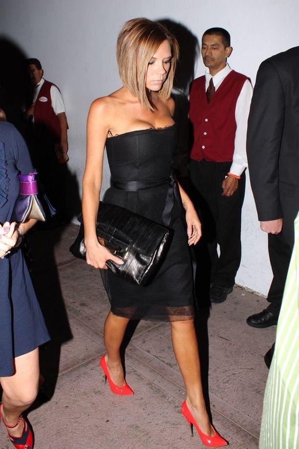 Victoria Beckhamin look vuodelta 2008 - silloinkin luottovaate oli Spice Girls -aikojen tavoin pikkumusta.