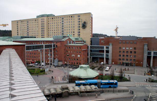 Sahlgrenskan yliopistollinen sairaala antoi potkut koronaoireisena töihin tulleelle lääkärille.